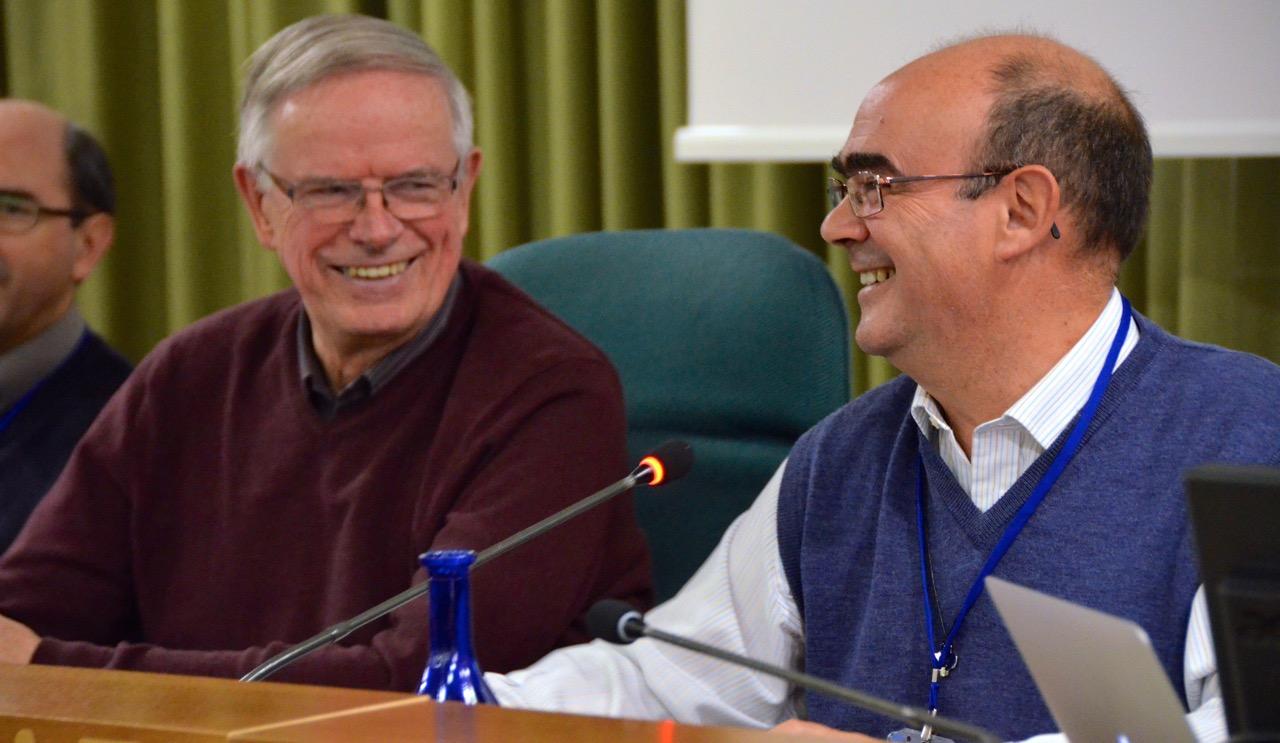 ks. John van den Hengel (z lewej) i ks. Jose Carlos Brinon (z prawej)